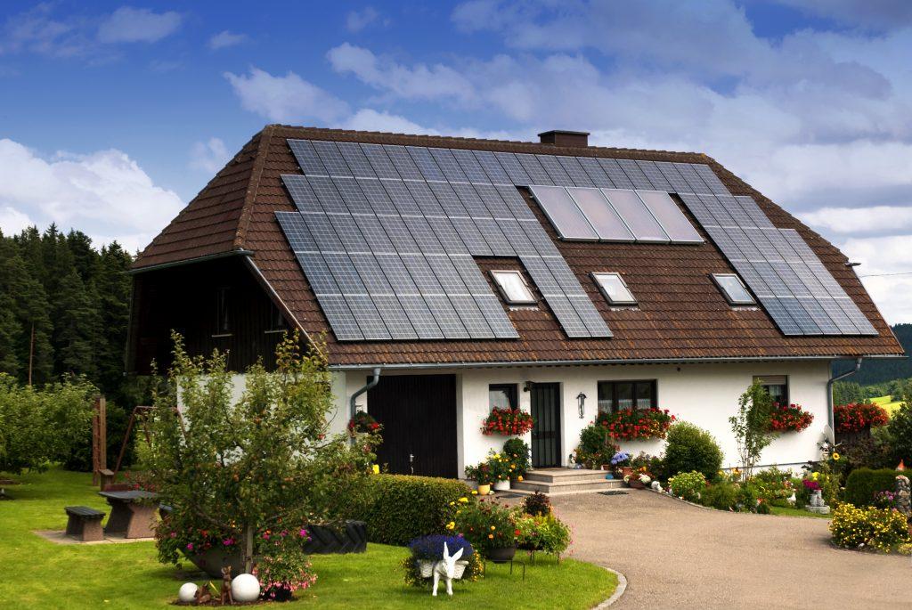acoperis cu panouri solare